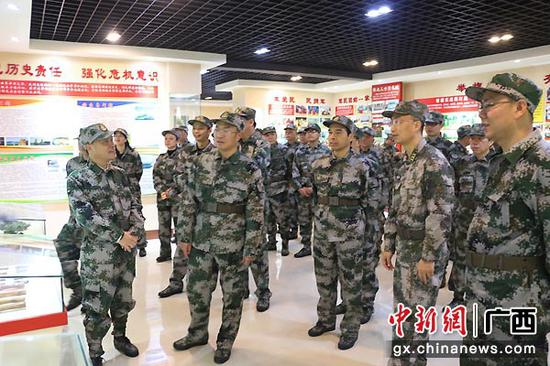 图为参观国防教育展室。