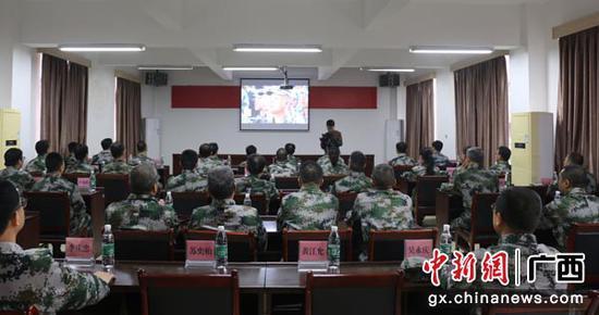 图为观看国防教育录像。