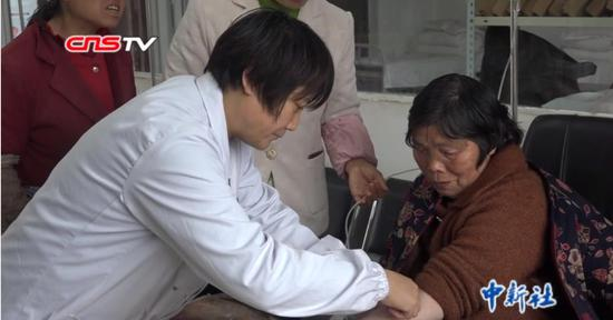 """坚守山村28载 贵州女村医用""""双拐""""为患者撑起""""保护伞"""""""