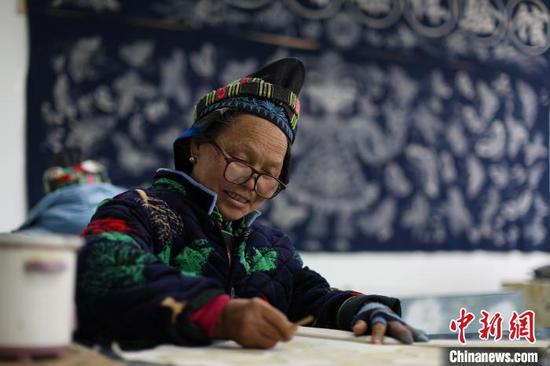 贵州丹寨金钟易地扶贫搬迁安置点扶贫手工坊,一名苗族画娘在画蜡染饰品。 黄晓海 摄