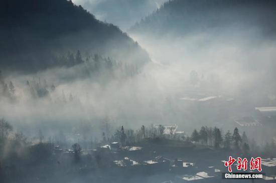 1月5日,澳门金沙网上平台毕节迎来大雾天气,整个城市如云中楼阁一般,若隐若现。大雾给冬天点缀出别样美景,田野和城市构成了一幅幅美丽的画卷。文/图 石小杰 王纯亮