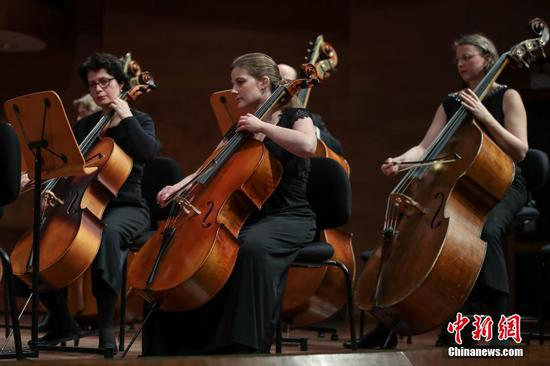1月3日晚,2020多彩贵州百姓大舞台展演剧目——德国柏林大都会管弦乐团2020新年音乐会在贵阳大剧院音乐厅举行。中新社记者 瞿宏伦 摄