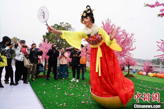 桂林举办茶花汉服文化节 网红不倒翁表演吸睛