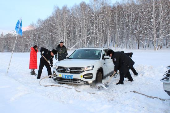 图为 2020年1月4日,新疆阿勒泰边境管理支队禾木边境派出所民警正在帮助拉出受困车辆。