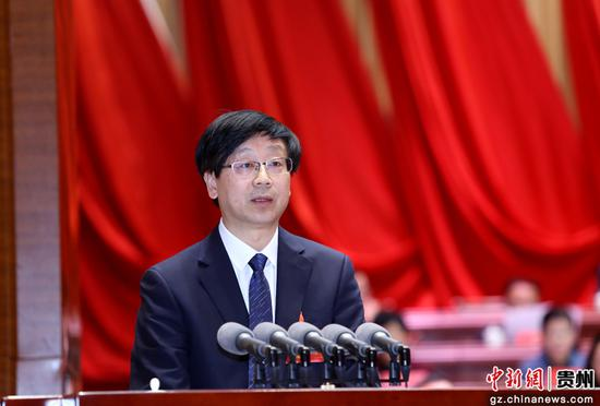 黔南州政协副主席杨俊作提案工作情况报告。李庆红 摄