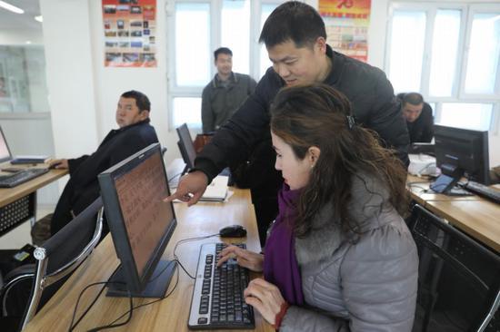 巴州发展和改革委员会驻且末县托格拉克勒克乡兰干村工作队开班计算机培训班。