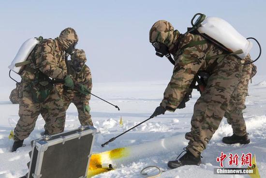 武警新疆总队某机动支队开展冬季野营拉练