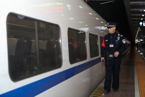 贵阳铁路警察坚守地下49米车站 三年行走70多万步