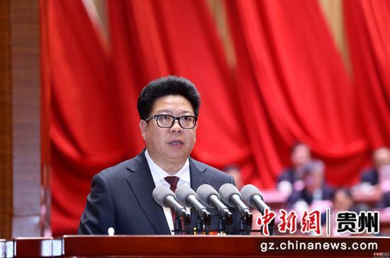 黔南州州长吴胜华作政府工作报告。 李庆红 摄