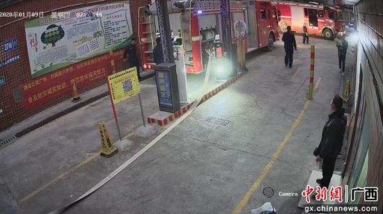 火災發生時被堵在門口的消防車