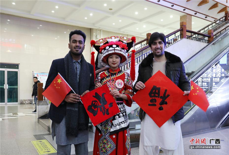 """桂林火车站春运首日开展""""我们的中国梦——文化进万家""""活动"""