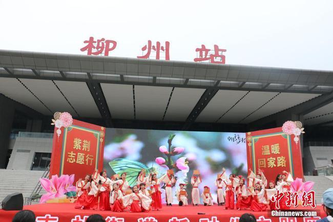 """春运首日 广西火车站为旅客送春联、螺蛳粉""""大礼包"""""""