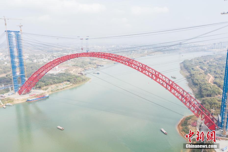 """广西平南三桥主拱肋合龙 将成""""世界第一拱"""""""