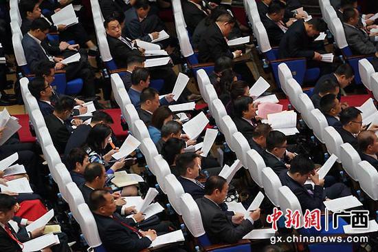 1月11日,中国人民政治协商会议第十二届广西壮族自治区委员会第三次会议在南宁市开幕。图为政协委员和特邀嘉宾听取政协第十二届广西壮族自治区委员会常务委员会工作报告。陈冠言 摄