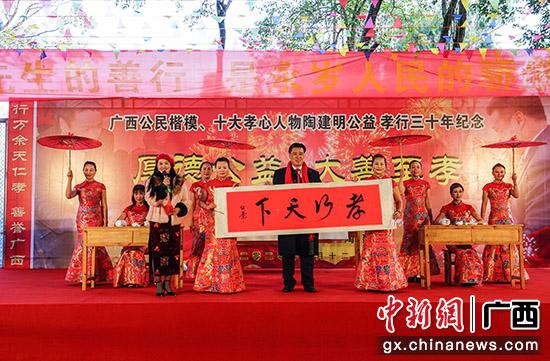 """广西""""孝心人物""""春节前给家乡老人发红包 坚持"""