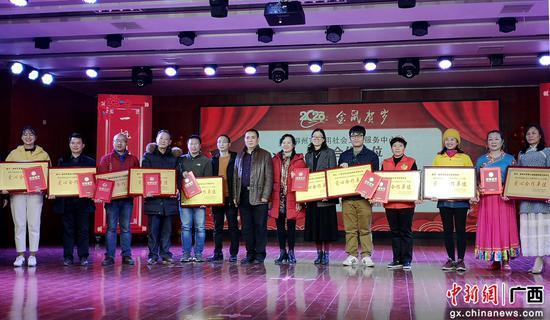 图为表彰颁奖现场。朱柳融 摄