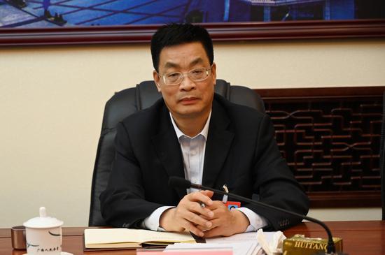 防城港市市长班忠柏参加防城港代表团审议政府工作报告。 中新社记者 杨志雄 摄