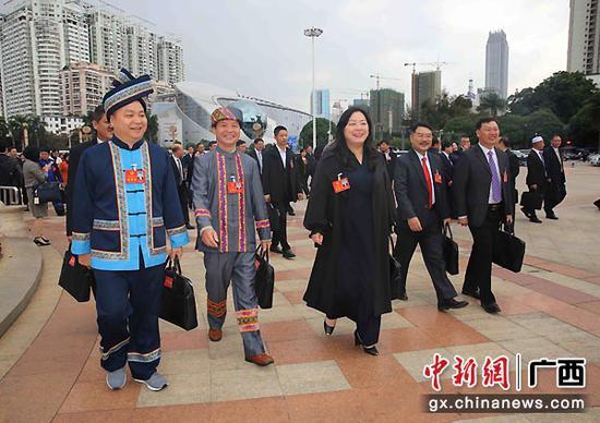 图为少数民族代表步入人大会堂。广西人大供图