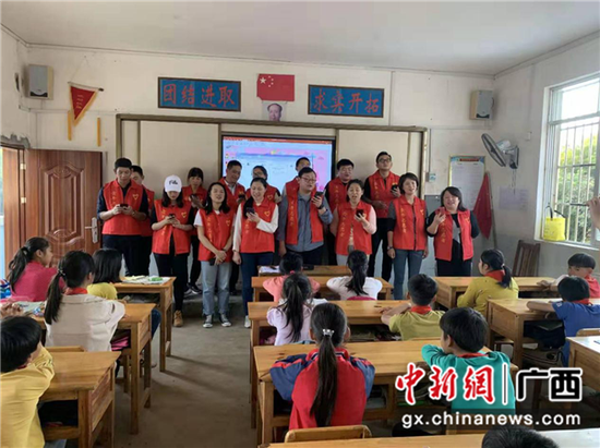 图为志愿者与孩子们合唱《最好的未来》