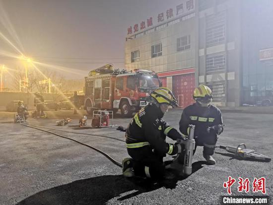 """-22℃装备测试:消防服""""结冰直立""""水炮""""喷雾结冰"""""""