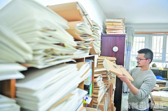 2019年12月25日,杨宗宗在整理植物标本。□本报记者邹懿摄