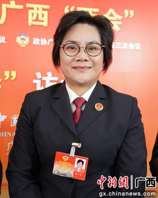 1月14日,广西政协委员、崇左市人民检察院副检察长潘小玉接受中新社专访。陈冠言 摄