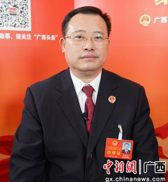 1月14日,广西人大代表、贵港市人民检察院检察长梁贻勇接受中新社专访。陈冠言 摄