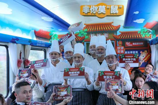 图为送年夜饭厨师手拿菜品合影。 王东铃 摄