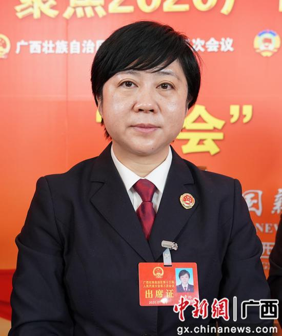 1月14日,广西人大代表、柳州市人民检察院副检察长韦震玲接受中新社专访。陈冠言 摄