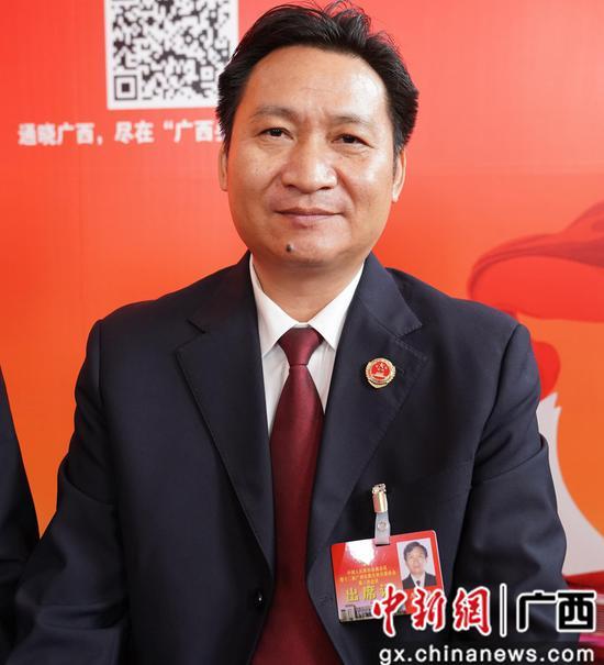 1月14日,广西政协委员、国家检察官学院广西分院副院长周银强接受中新社专访。陈冠言 摄