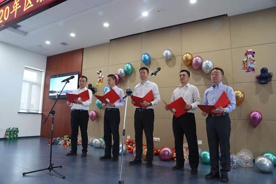 新疆空管局空管中心区域管制中心举办2020迎新春文艺汇演。
