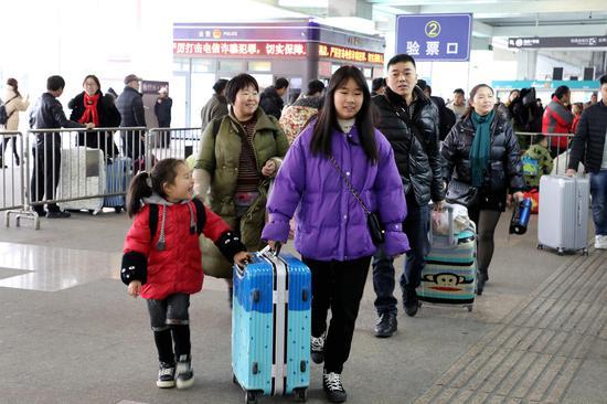 图为:大量旅客准备进站。  柱子(通讯员) 摄