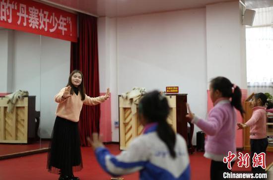 """貴州丹寨金鐘易地扶貧搬遷安置區""""4點半學堂"""",志愿者在教孩子們學舞蹈?!↑S曉海 攝"""