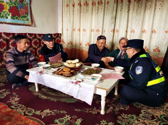 1月16日,哈密铁路公安处哈密东站派出所民警到辖区天山乡白杨沟村入户走访。