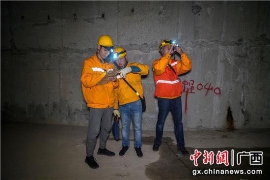 铁路职工对重点检查部位进行拍照,留下影像资料存档。伍光钦 摄