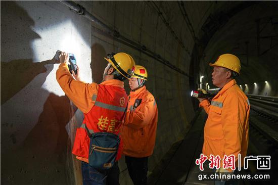 铁路职工利用钢筋探测仪器对隧道钢筋分布情况进行检查。伍光钦 摄