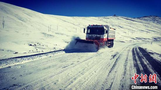 新疆巴州多个县迎降雪 公路人昼夜奋战在一线