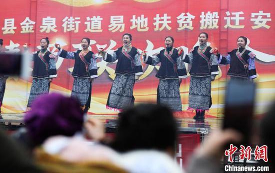 文工團演員在表演自編的快板節目。 黃曉海 攝