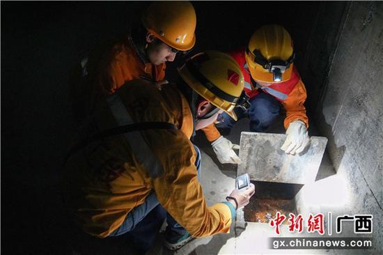 铁路职工检查隧道排水设备的排水情况。伍汉 摄
