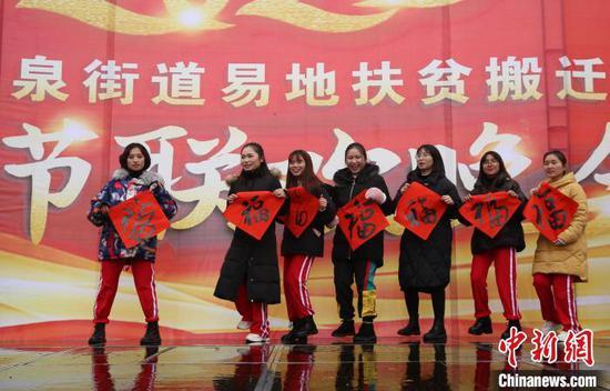安置點業余文藝隊在表演自編的節目。 黃曉海 攝