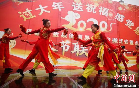 文工團演員在表演舞蹈節目。 黃曉海 攝