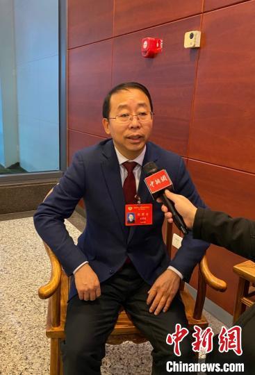 貴州省政協委員、貴州省早教協會會長石宇波接受記者采訪。 周嫻 攝