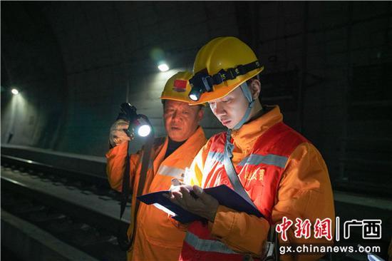 铁路职工填写检查记录薄,按规定做好相关检查记录。伍光钦 摄