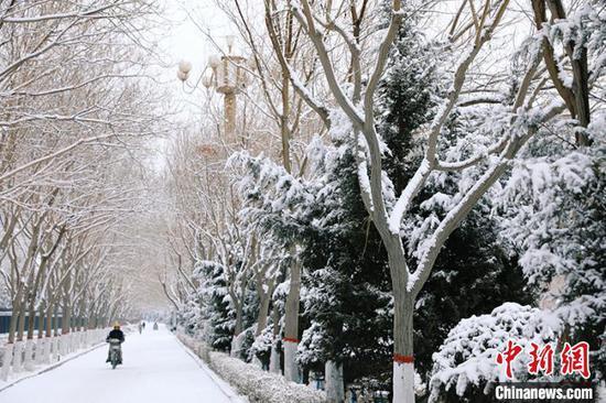 新疆库尔勒迎2020年首场降雪 结束百余天未降雨雪历史