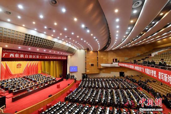 1月17日,廣西壯族自治區第十三屆人民代表大會第三次會議在南寧閉幕。 中新社記者 俞靖 攝