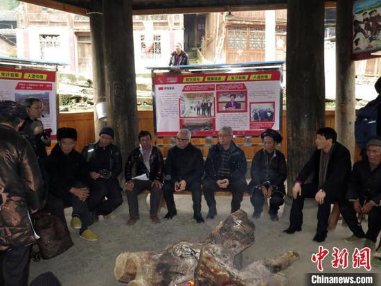 图为澳门红十字会中央委员会主席黄如楷(右五)等在贵州从江县弄吾村与村民亲切交流。(资料图片) 龙土有 摄