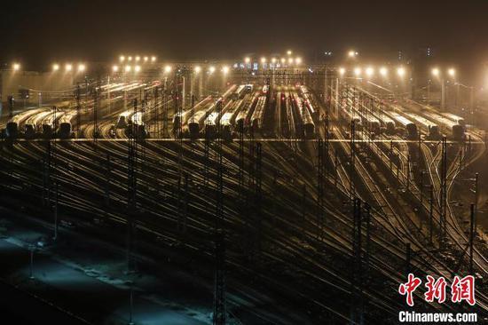 资料图:1月8日凌晨,在中国铁路成都局集团有限公司贵阳车辆段贵阳北动车运用所,检修完成的动车组停靠在存车线上,为迎接1月10日拉开序幕的2020年春运做好了准备。 瞿宏伦 摄