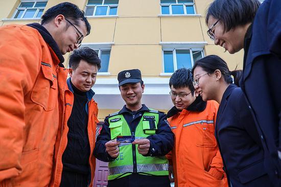 民警对机务段职工讲解警民联系卡