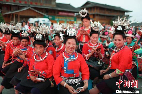 资料图:节日里的丹寨苗族妇女。 贺俊怡 摄