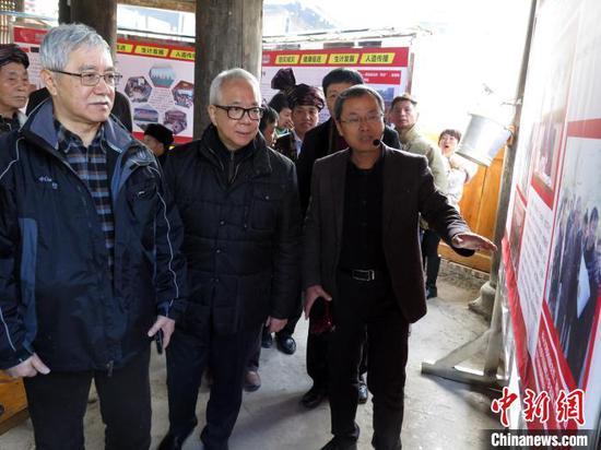 图为澳门红十字会中央委员会主席黄如楷(前左二)在贵州从江县弄吾村,了解红十字博爱家园项目的建设进展情况。(资料图片) 龙土有 摄